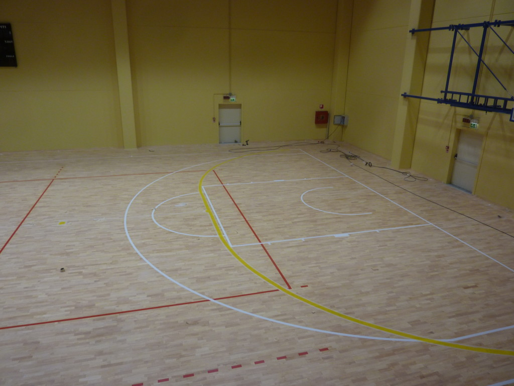 On the sports floor of the plant of Izano were plotted lines for the fields of volleyball, basketball and soccer at 5