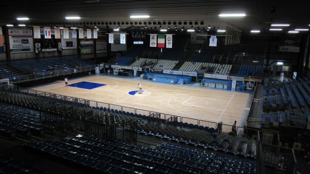 Begin painting phases of new sports parquet in Cucciago