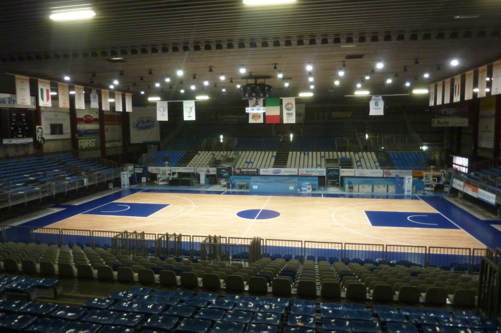 "After the painting with the traditional ""Navy"" of Basketball Cantu: the parquet of the ""Pianella"" is ready"