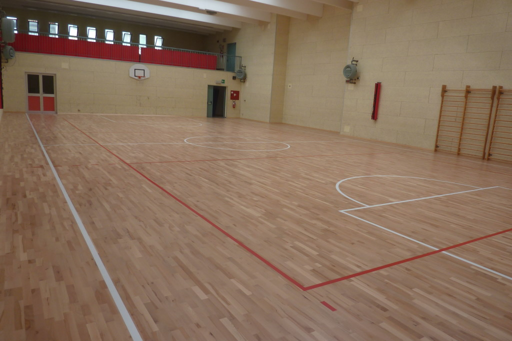 "Customization with basketball and volleyball tracking ""tailored"" to the smallest plant of Pasian di Prato with new sports floor Dalla Riva Sportfloors"
