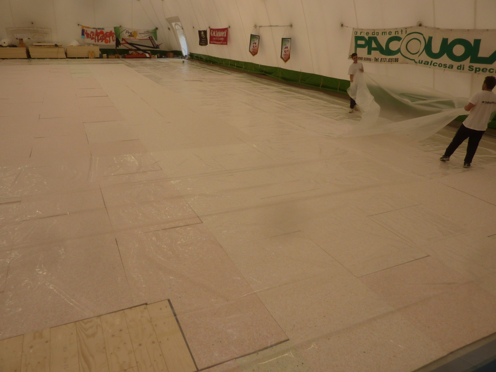 In the tensioned structure of Castelnuovo Scrivia a double vapor barrier was laid