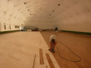 Last assembly steps for the sports parquet of Castelnuovo Scrivia