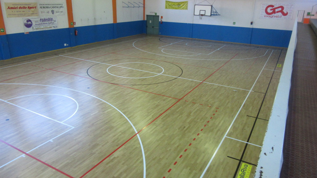 In the gym of Cerro Dalla Riva has traced the lines for basketball, football 5 and longitudinal and transverse volleyball