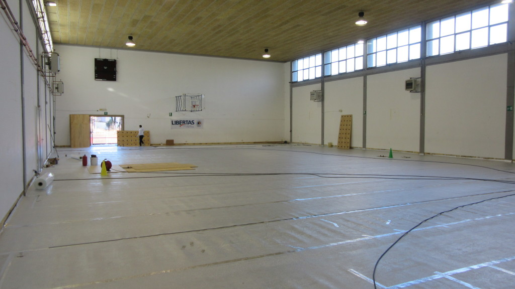 In a school gym in the province of Udine, Dalla Riva Sportfloors has taken a radical intervention; after removing the old floor has posed a new parquet starting from the creation of a special vapor barrier against moisture