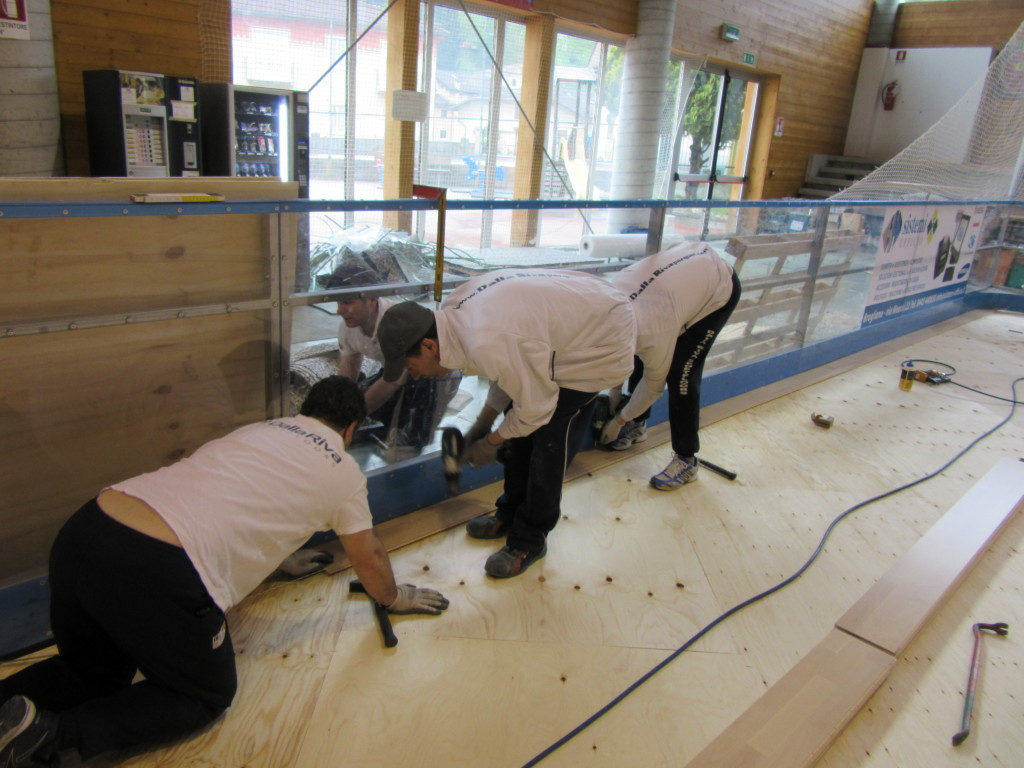 Installation of the first board of the sports parquet Dalla Riva Sportfloors