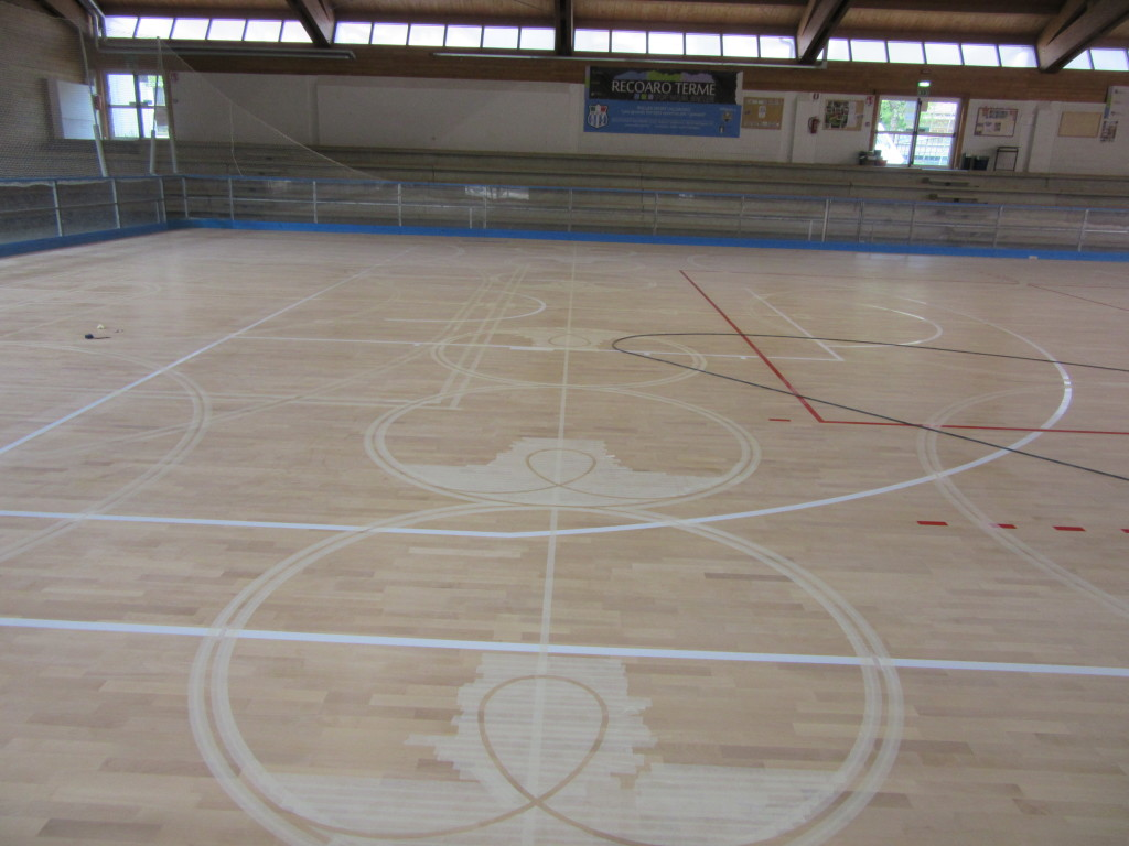 On the sports flooring appear the first traces of wheels for skating