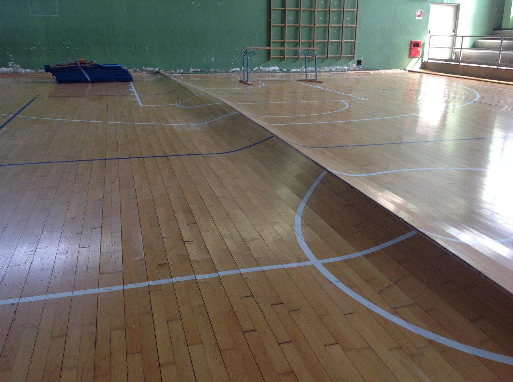 """The frightening """"wave"""" that has arisen in the gymnasium of Santhia before surgery of Dalla Riva Sportfloors"""