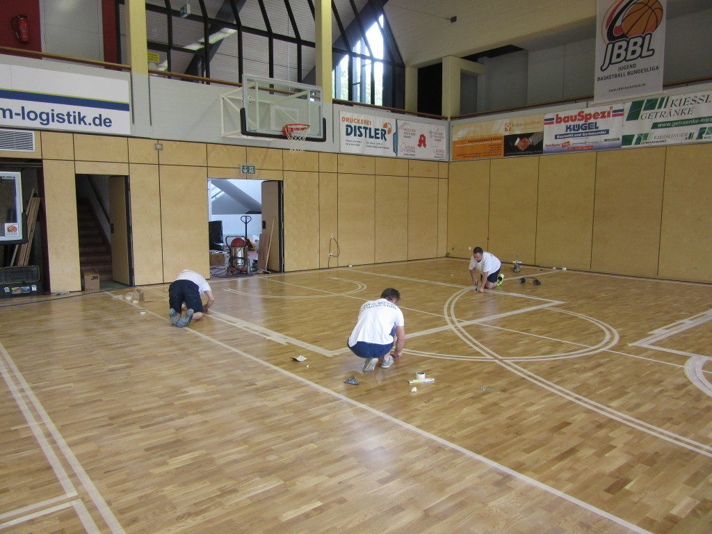 After the laying phases of the sports flooring of Bamberg gym Dalla Riva proceeds with the markings