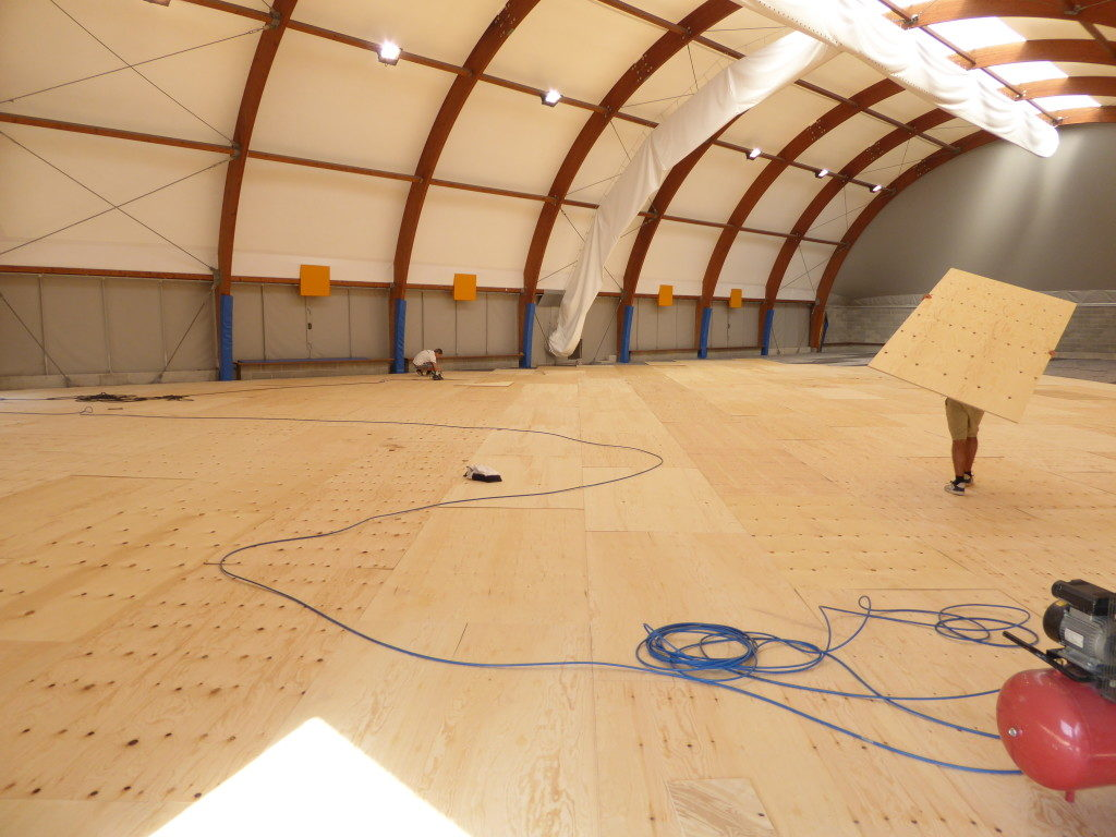 After the installation of the vapor barrier and the elastic mat it is the turn of the intermediate layer
