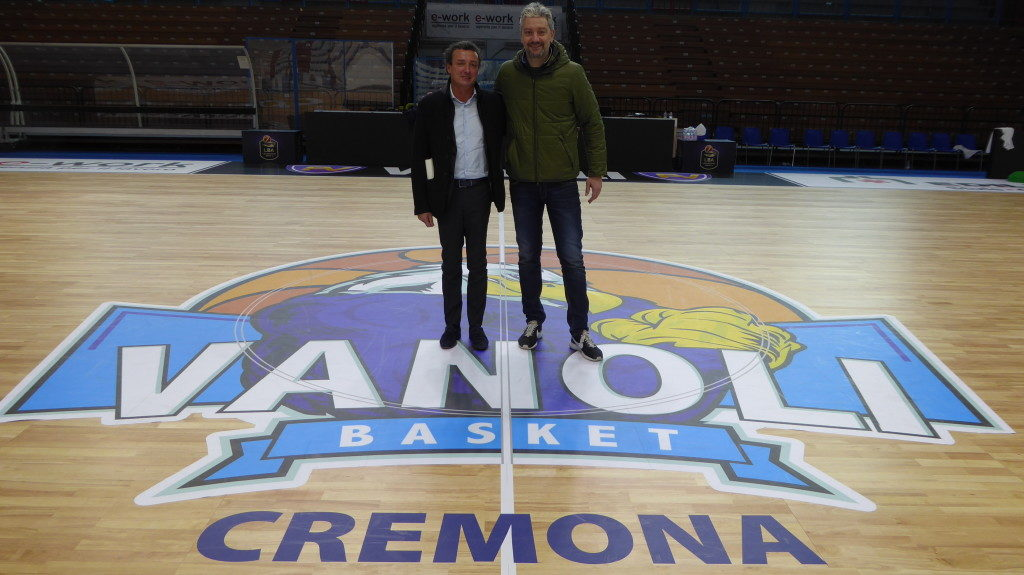 Patron Dalla Riva, on the left, with the general manager of Basketball Vanoli, Andrea Conti, settle on the new removable parquet