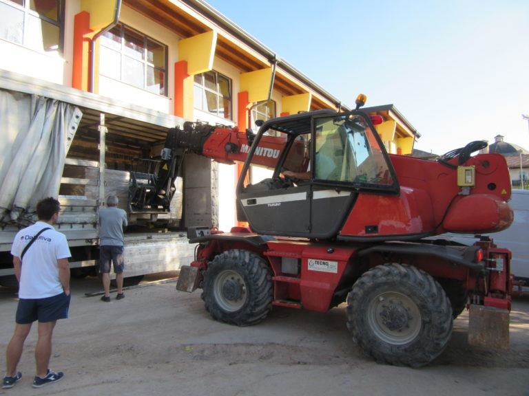 Moving the new sports parquet Dalla Riva Sportfloors near Ville d'Anaunia's gymnasium