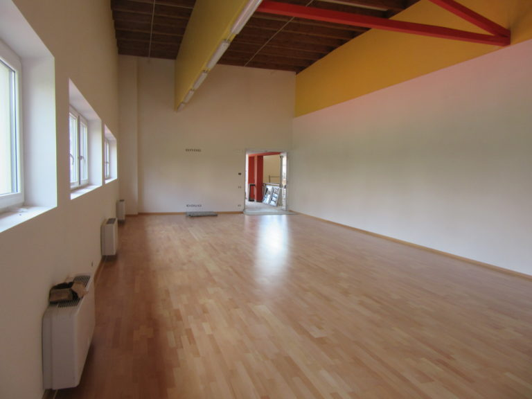 Another image of the secondary gym in Ville d'Anaunia where Dalla Riva installed a new parquet