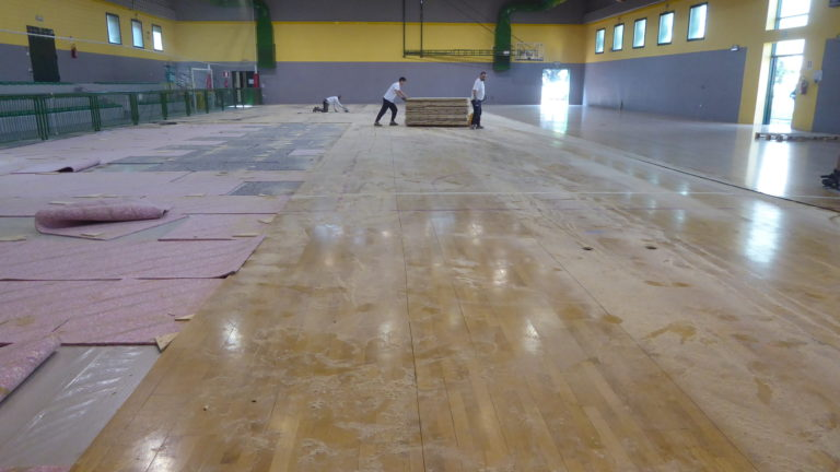 The old parquet of the Franchetti gym in Mestre is transported ... as far as possible ...
