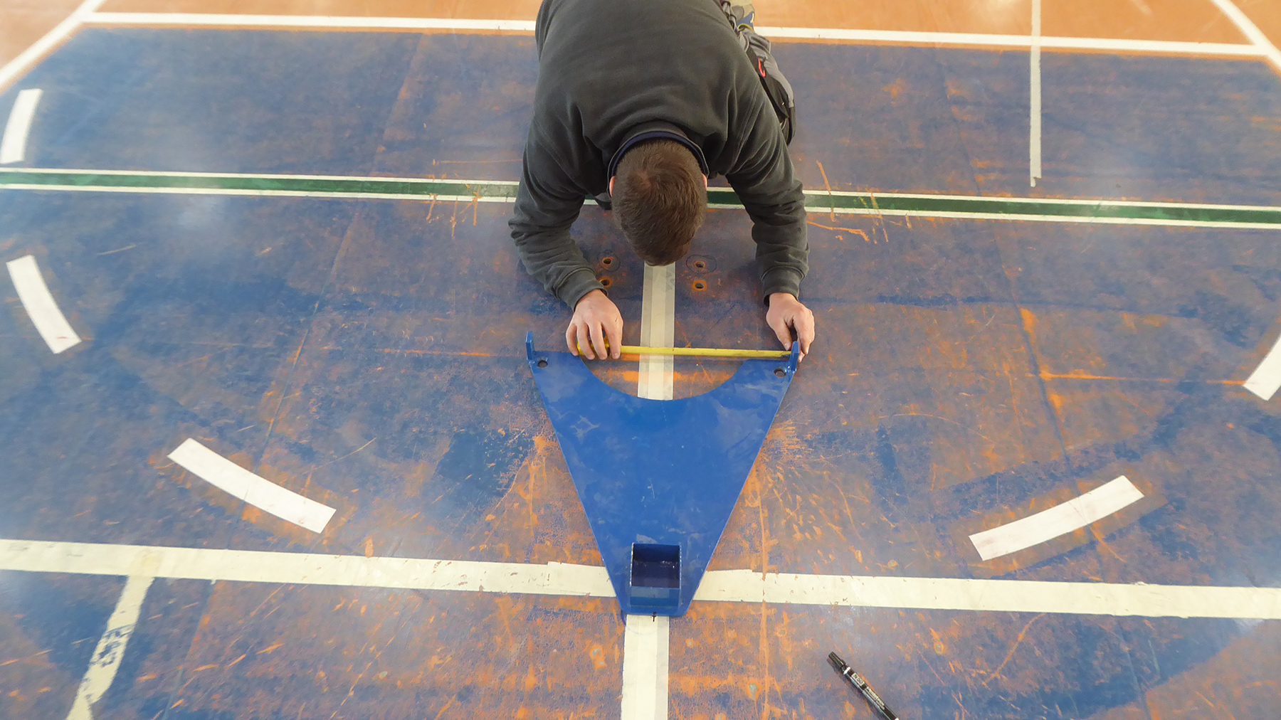 The care and precision to position the cross volley poles