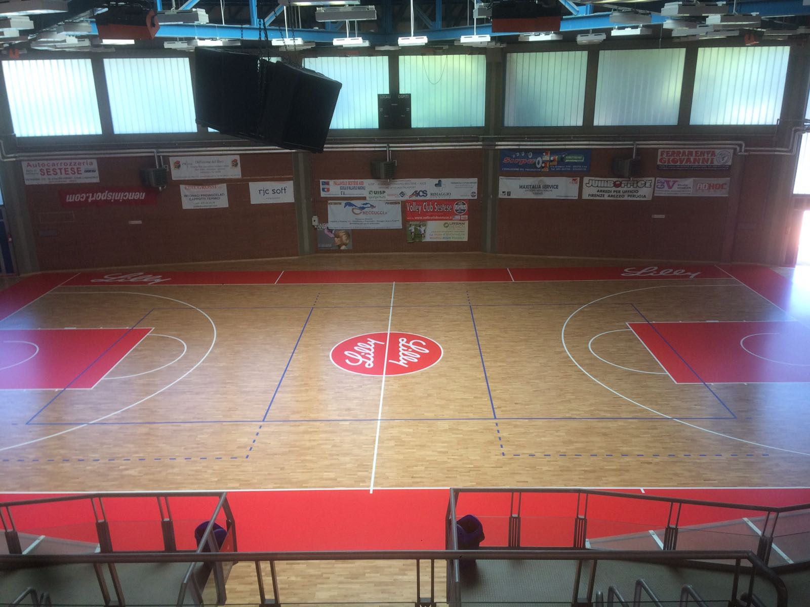 The finished flooring. A new face for the Sesto Fiorentino sports hall