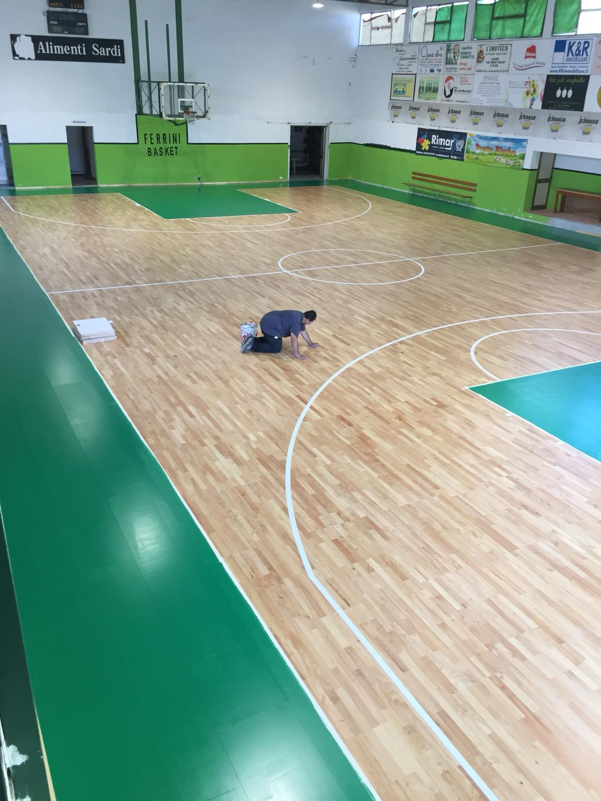 Last touches to the flooring