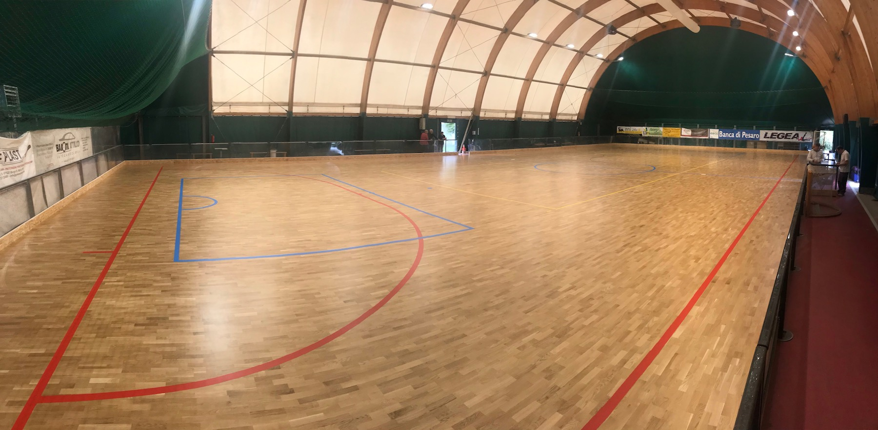 The new three-layer sports parquet in oak used for tensile structures